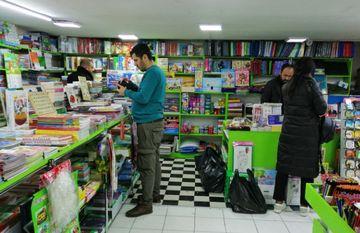 """Gənc bir qız dinməzcə gəldi, kitabları jaketinin altına doldurdu... - <span style=""""color: red"""">Kitab mağazasından reportaj</span>"""