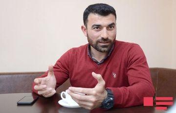 """Rövşən Abdullaoğlu <span style=""""color: red"""">onu sərt tənqid edən</span> yazardan danışdı"""